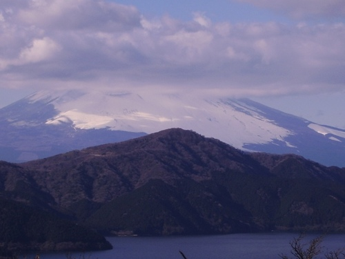 頭を隠した富士山
